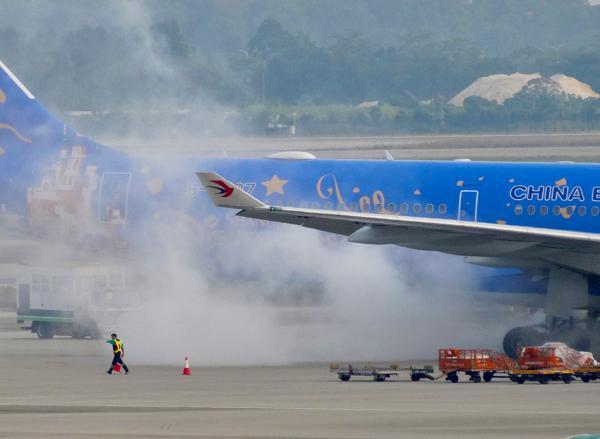 东航一航班地面滑行时突然冒烟 后滑回进一步检查