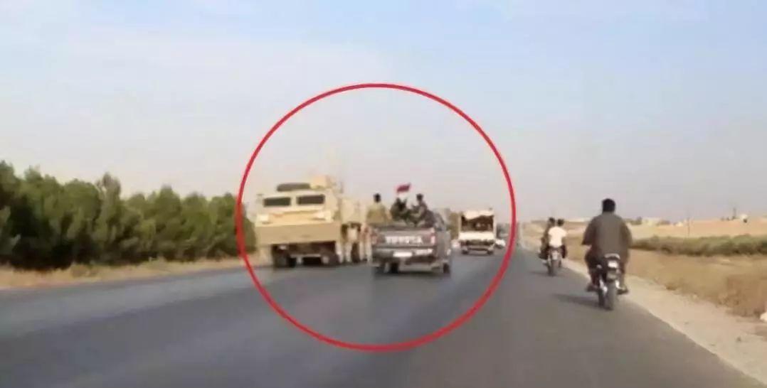 ▲敘利亞政府軍向敘邊境重鎮進發的過程中,與撤退途中的美軍相遇。(RT)