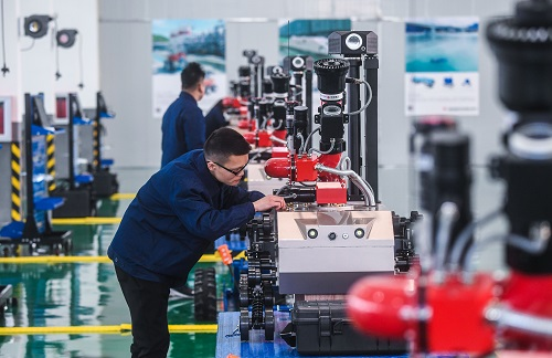 2017年12月17日,浙江宁波(梅山)特种机器人产业基地正式投产,图为工作人员在组装防爆消防灭火侦察机器人。 新华社记者 徐昱 摄