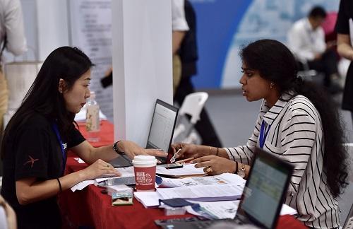 2019-09-18,第十六届中国国际人才交流大会在深圳开幕,图为招聘者和应聘者在大会设立的海归人才招聘会上交流。 新华社记者 毛思倩摄