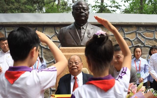 2019年,圆明园为了感激曾宪梓对遗址庇护做出的奉献,为其塑半身像。图/新京报网