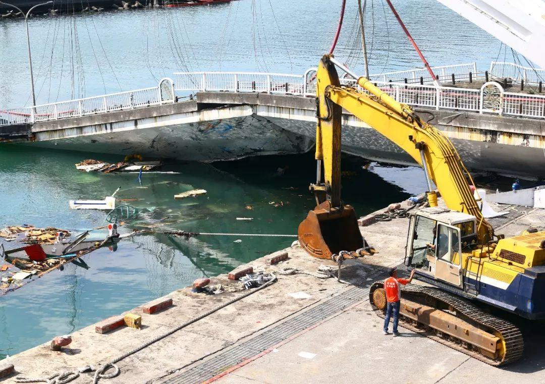 宜兰北方澳跨港年夜桥断裂第两天,船东诡计推出被压正在桥下的渔船。图源:西方IC