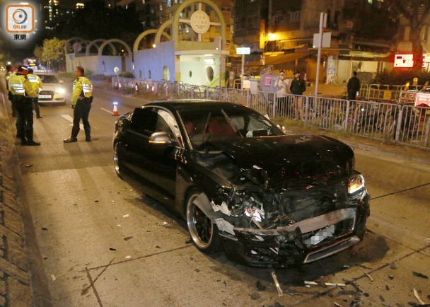 <b>香港司机涉疯狂驾驶酿3车连撞 港警一度拔枪戒备 元朗 屯门</b>