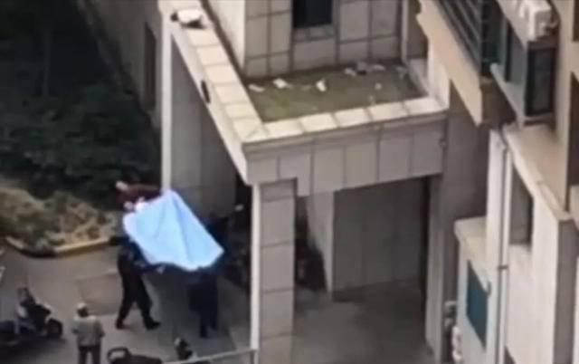 惊险万分!2岁女童三楼坠下后又要往下跳,小区众居民楼下拉起棉被