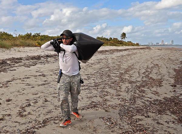 平时,奥塔佐都会去海滩回收垃圾。