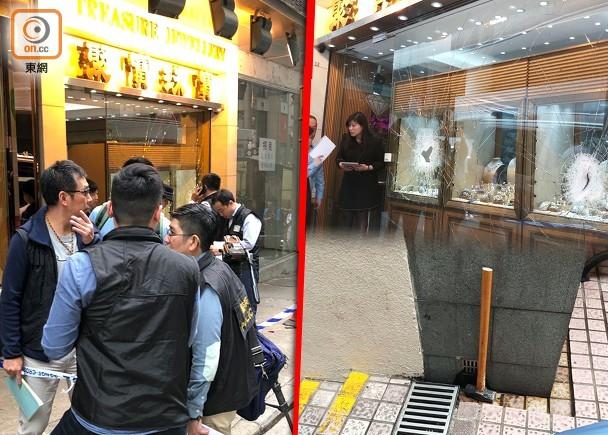 香港一家珠宝店遭南亚匪徒抢劫,大批警员到场调查。(图片来源:香港东网)