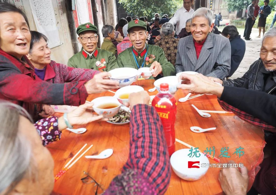 9层巨型生日蛋糕!抚州一古镇为200多位老人开派对…