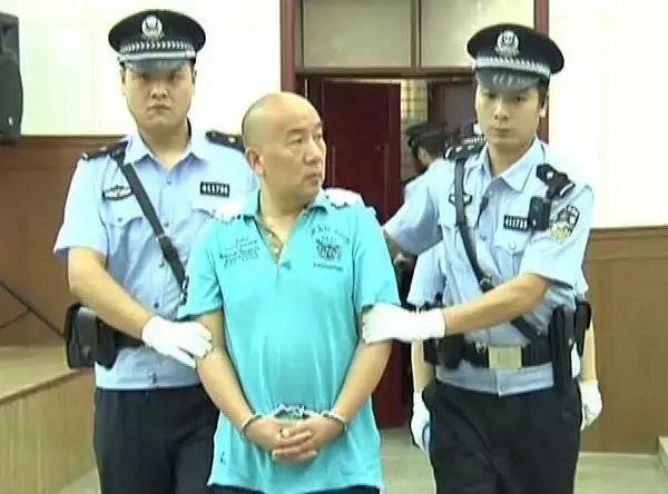 ▲杨清河被带入庭审现场(图片来源:大河网)