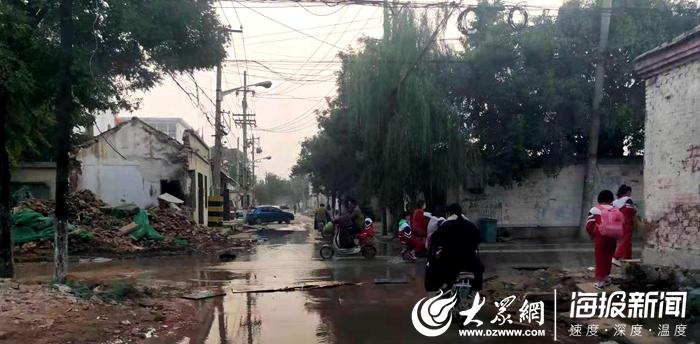 菏泽一路口大量积水市民出行不便 自来水公司:已经解决