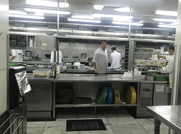 """仲盛世界商城""""外婆家""""门店的后厨。澎湃新闻记者 邓玲玮 摄"""
