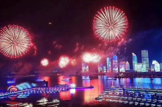 浮山湾城市夜景灯光秀位于青岛市中心,南临黄海,北靠群山,奥帆中心与