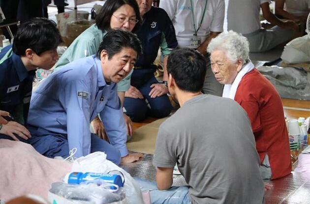 安倍首次视察日本暴雨灾区 双膝跪地慰问灾民(图)