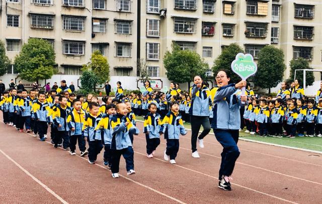六枝特区实验幼儿园举行秋季学期亲子运动会