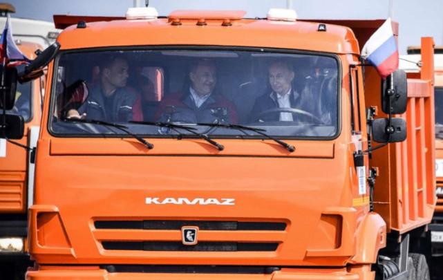 俄罗斯总统普京参加通车仪式,并亲自驾驶卡车通过大桥。(图片来源:今日俄罗斯)