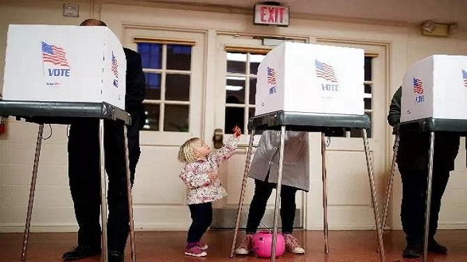 ▲ 11月6日,在美国马里兰州切维蔡斯一个投票站,选民参加投票。图/新华社