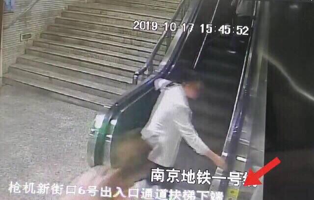 """点赞!老人乘电扶梯摔倒  两女孩上演""""教科书式""""救援"""