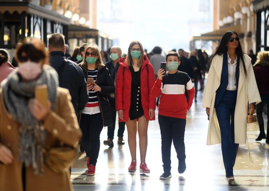 2月24日,意大利米兰街头大部分行人戴上了口罩。新华社发