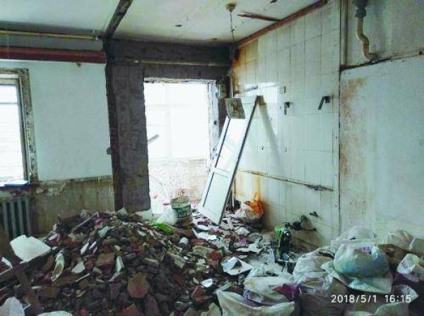 装修工看错单元号装错房:女子婚房被砸婚纱照被扔