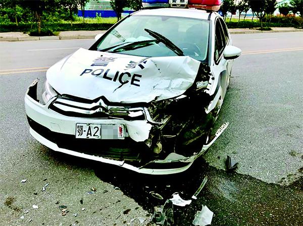 被撞损的警车
