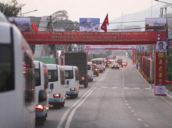 10月12日,尼泊尔首都加德满都,车队经过一道道迎宾拱门。新华社记者丁林摄
