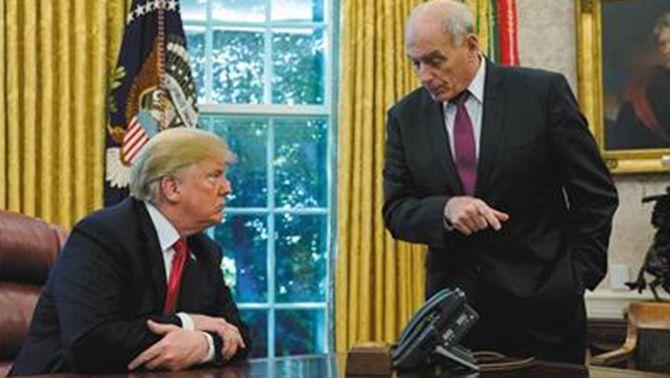▲川普与凯利(右)在白宫办公室。资料图片/新京报网