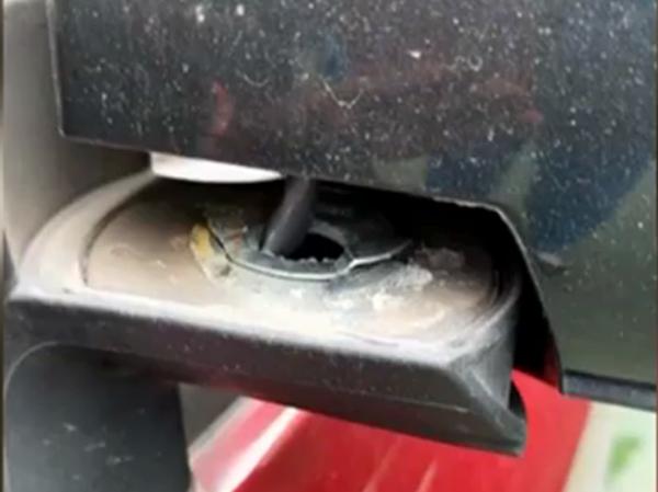 """车停小区车库反光镜被毁_物管表示""""这个锅我们不背"""