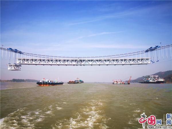 五峰山长江大桥钢梁架设突飞猛进 中跨钢梁架设过半
