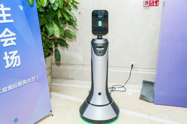 """豹小蜜""""服务机器人接待参会者 图片来源:主办方供图"""