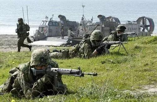 """▲资料图片:日本""""水陆团""""队员与美军气垫登陆艇联合训练。"""