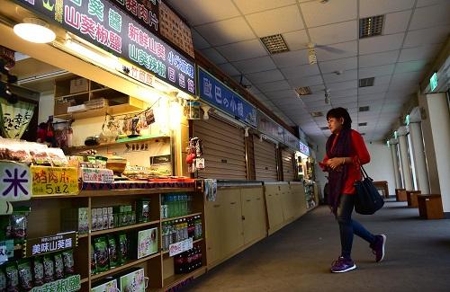 2017年4月18日,台湾阿里山景区内不少门店关门歇业。 新华社记者刘军喜摄