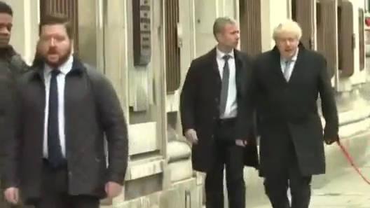 英国首相鲍里斯·约翰逊带着小狗抵达伦敦市中心威斯敏斯特的投票站