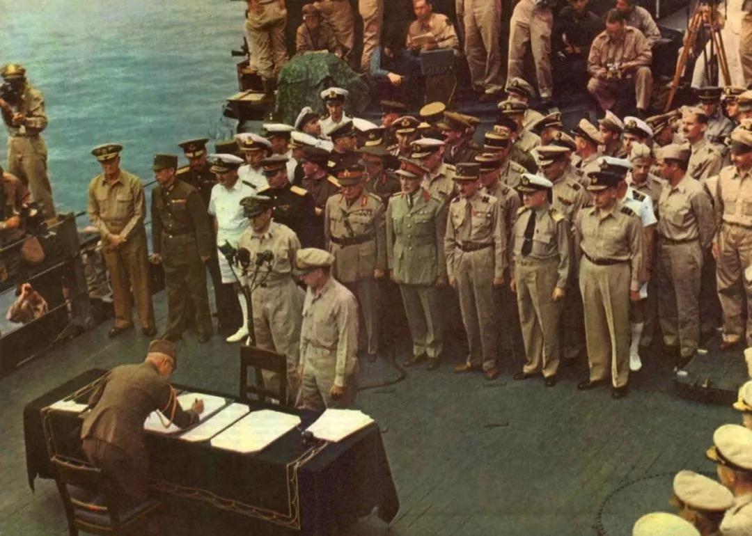 从不可一世到低头投降,1945年日本向各国投降的真实照片