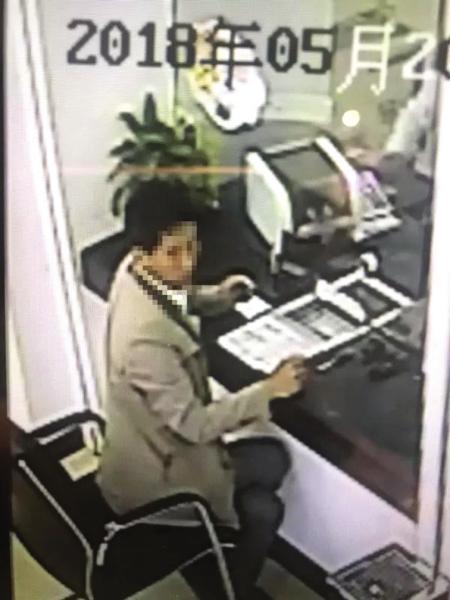 犯罪嫌疑人孙某的父亲去银行把骗来的钱提现。警方供图