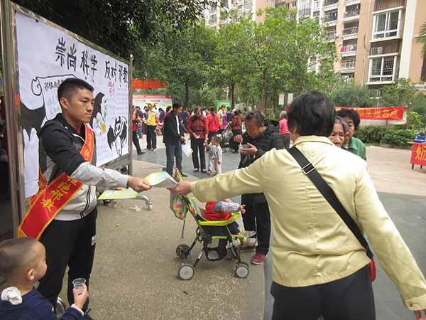 广西梧州市万秀区组织中学生制作反邪教手抄报