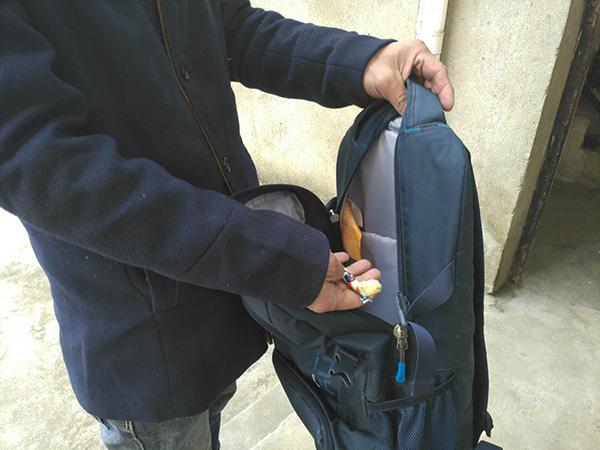 罗正宇的蓝色背包,只剩下一块钱和一颗大白兔奶糖。