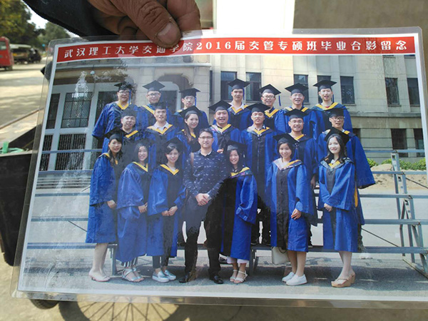 罗正宇研究生毕业的班级合影。