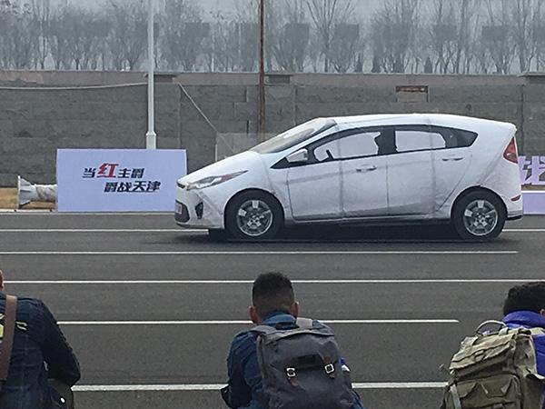 刚刚从欧洲进口,采用软性材料,可以远程遥控的GST台车,能够让自动驾驶感受器识别为识别车辆。澎湃新闻记者 李皙寅 摄