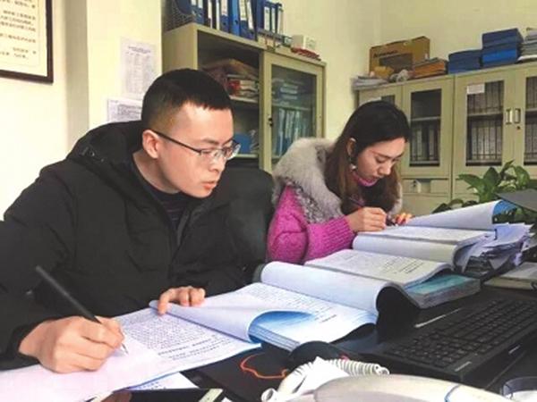 内江市东兴区纪委监委党风政风监督室工作人员比对乡镇(街道)领导干部年终总结。