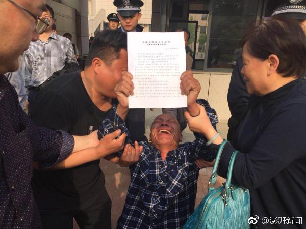 """4月11日下午,安徽高院对涡阳""""五周杀人案""""再审宣判,宣告5原审被告人无罪,5位蒙冤21年的当事人当庭痛哭。"""