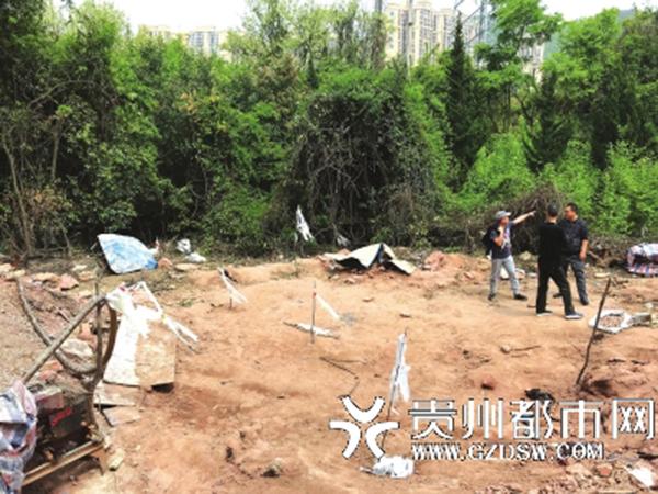 王家人告诉记者,这里就是他们家祖坟的位置。 贵州都市网 图