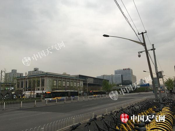 今晨,北京海淀上空阴雨密布。