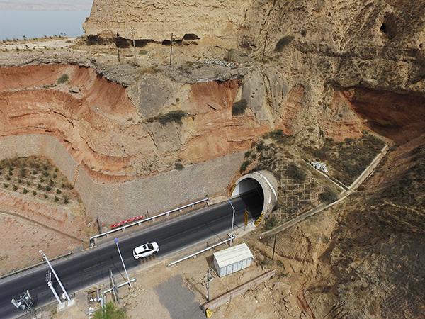 2018年4月4日,甘肃折达公路考勒隧道。 视觉中国 图