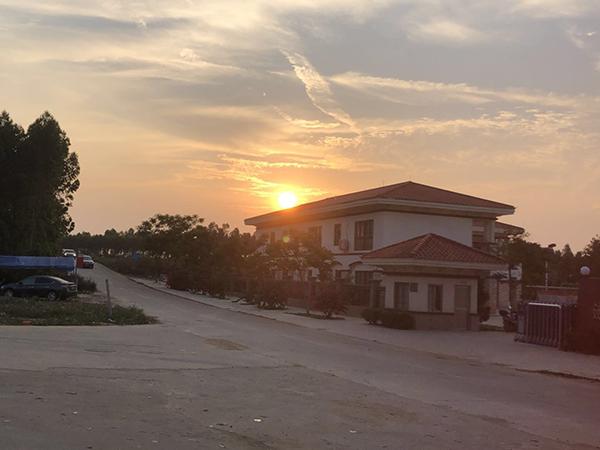 位于村口的陈生出资捐建的官湖村小学