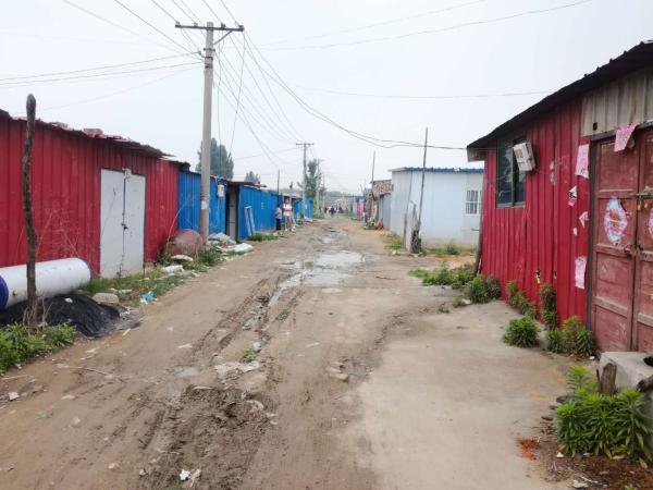 村庄处于搬迁期,许多村民都住在棚房里。澎湃新闻记者 段彦超 图