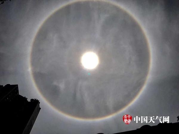 """受晴好天气影响,13日重庆现""""日晕""""现象,美丽的彩色光圈绚丽而迷人。(刘艾伦/摄)"""