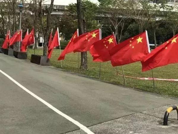 ▲五星红旗在民进党党部外飘扬。