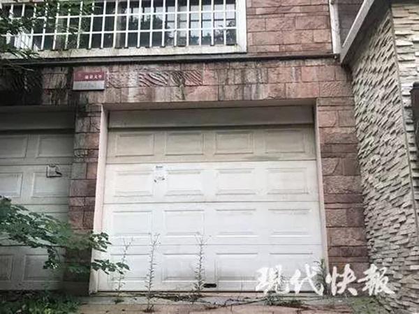 "</div> <p>  这起震惊南京的碎尸案就发生在这栋别墅的地下车库里,因此别墅就成了有名的""凶宅"",从 2014 年第一次拍卖到这次拍卖,房价一直在下跌。</p> <div> <div class="
