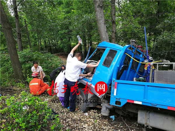 车祸现场 120司机举一个多小时吊瓶进行施救