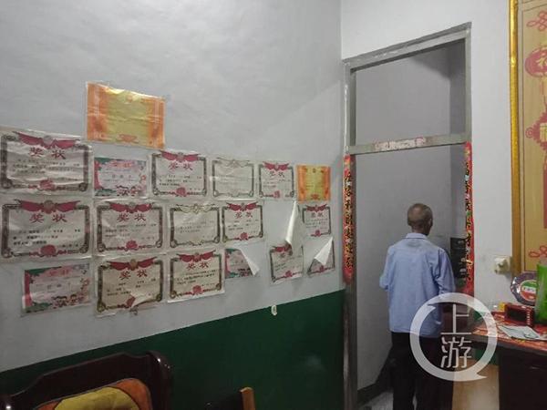 6月9日,河南罗山县胡清强家中,其女儿贴满墙的奖状和73岁父亲的背影。