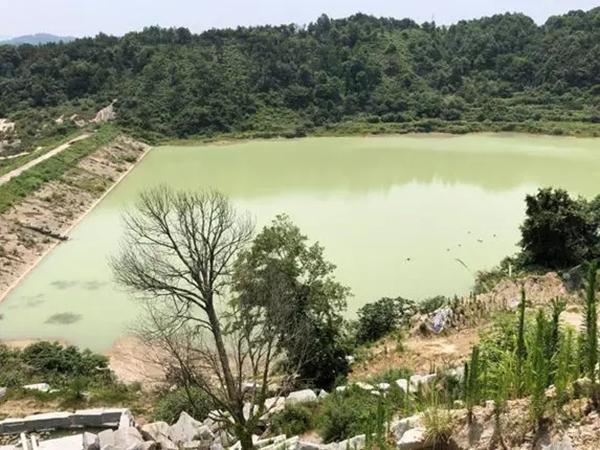 """都昌县东升水库被当作采石场的渣场,成了""""牛奶湖""""。"""